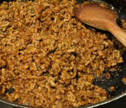 beef chilli, saucepan, wooden spoon